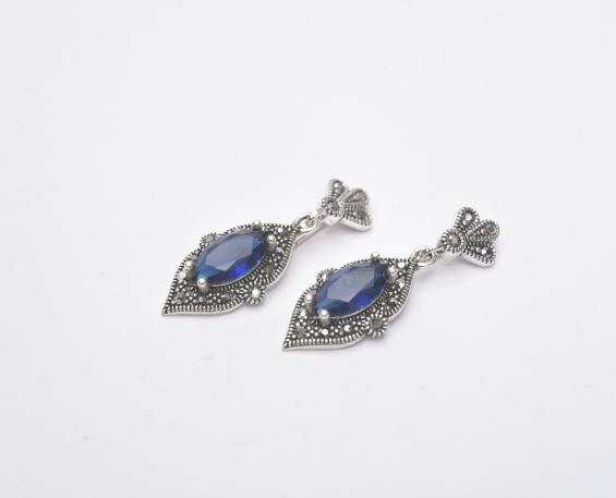 e45ed465861b Aretes de plata en forma de rombo con piedras azules
